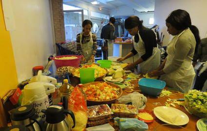 Dimanche, une douzaine de benevoles de l'association Let's go a organise dans les locaux du Reseaux d'Echanges Reciproques de Savoirs d'Evry un Noel solidaire. Les migrants herbeges dans un foyer de la ville ont ete convie vers 16h a partager un repas.